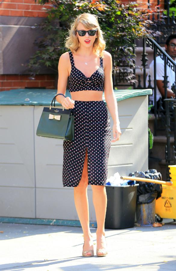 (http://www.entertainmentwise.com/news/154209/PHOTOS-Summertime-Belle-Taylor-Swift-Brightens-Up-New-York-In-Sexy-Polka-Dot-Crop-Top-And-Skirt)