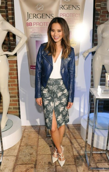 http://fashionbombdaily.com/2015/03/31/splurge-jamie-chungs-jergens-bbintheknow-event-lagence-palm-tree-pencil-skirt-and-valentino-white-rockstud-pumps/jamie-chung-jergens-bbintheknow-event-nyc-lagence-skirt-valentino-pumps-1/