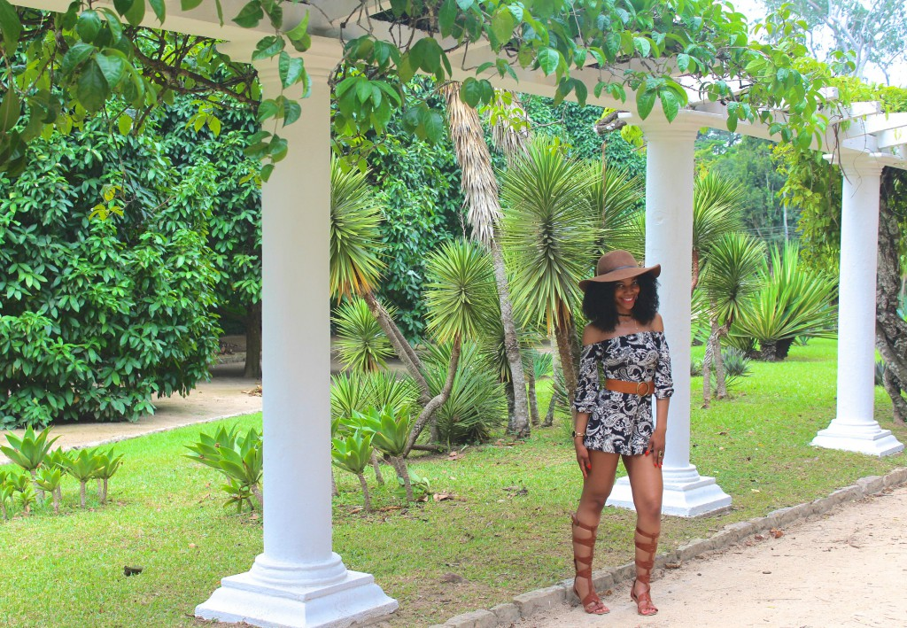 boohoo black and taupe printed paisley romper, tan knee high gladiator sandals, tan waist belt, tan floppy hat, Jardim Botanic do Rio de Janeiro